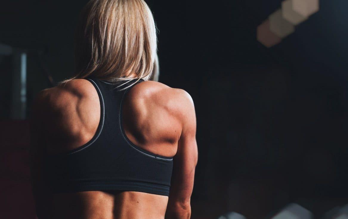 femme faisant du rameur dans une salle de sport