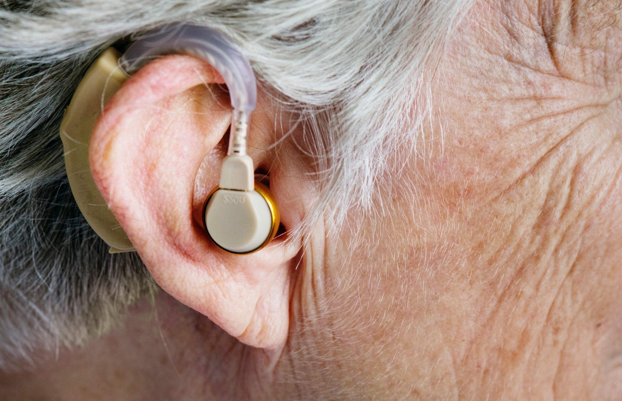 appareil auditif dans une oreille