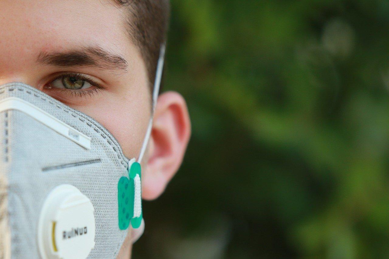 Un soignant portant le masque de type FFP2