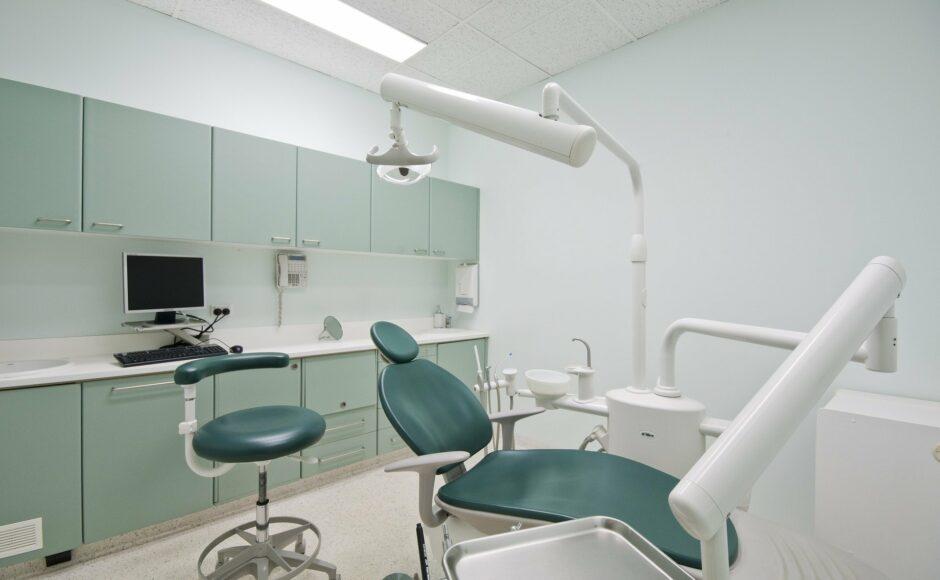 Dentiste et chirurgien dentiste : quelle est la différence ?